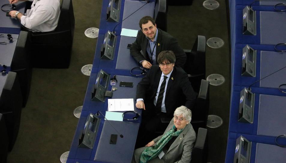 Els eurodiputats Toni Comín, Clara Ponsatí i Carles Puigdemont al seu escó a la seu del Parlament Europeu a Estrasburg.