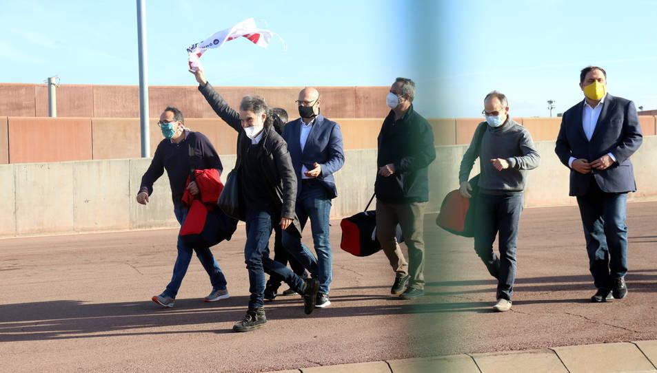 Els set presos sortint de Lledoners després d'obtenir el tercer grau.