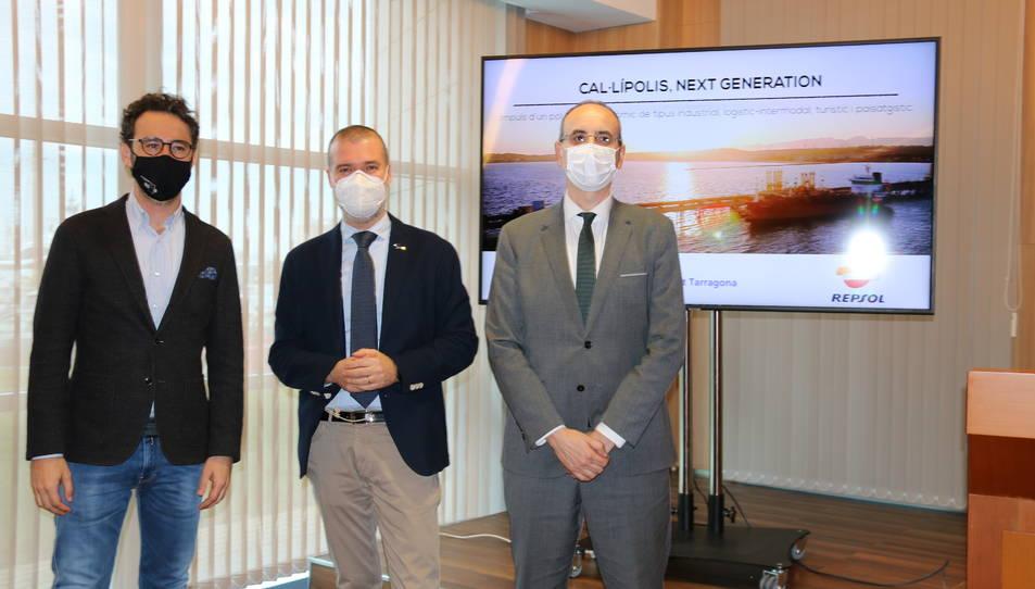 L'alcalde de Vila-seca, Pere Segura, el president del Port de Tarragona, Josep M. Cruset, i el director del complex industrial de Repsol a Tarragona.