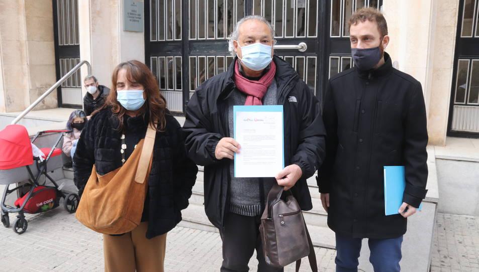 El president de Mare Terra, Ángel Juarez, acompanyat de la diputada d'En Comú Podem Yolanda Díaz, i del regidor de Vila-seca en Comú, Mario Téllez.