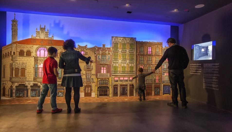 Una familia visitant el Gaudí Centre.