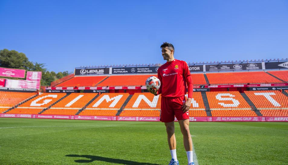 Gerard Oliva, a la gespa del Nou Estadi, on vol convertir-se en tot un ídol en la temporada en la qual els tarragonins aspiren a l'ascens a Segona Divisió A.