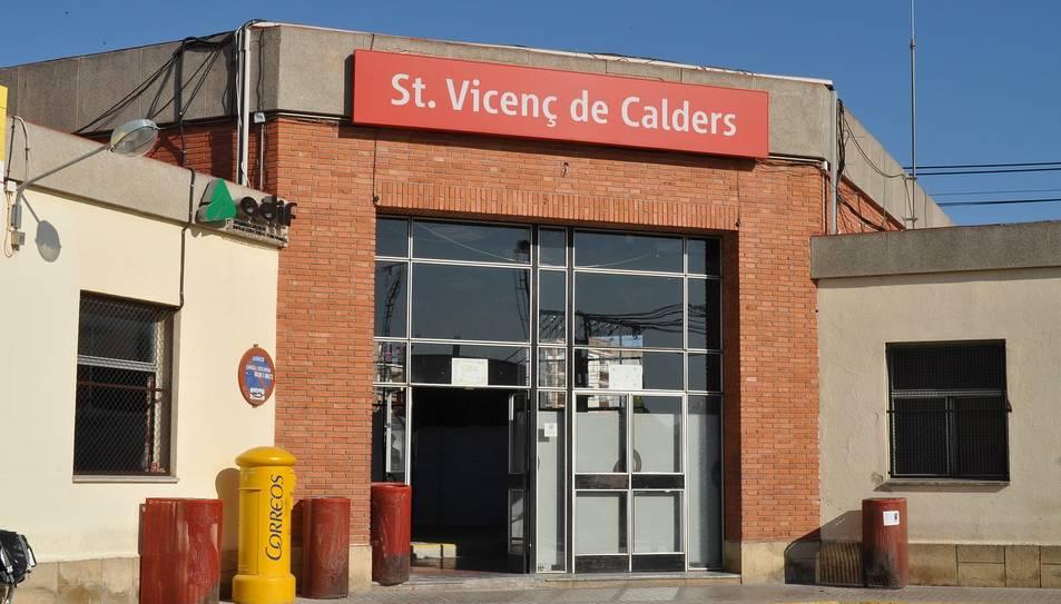 Imatge de l'entrada a l'estació de tren de Sant Vicenç de Calders.