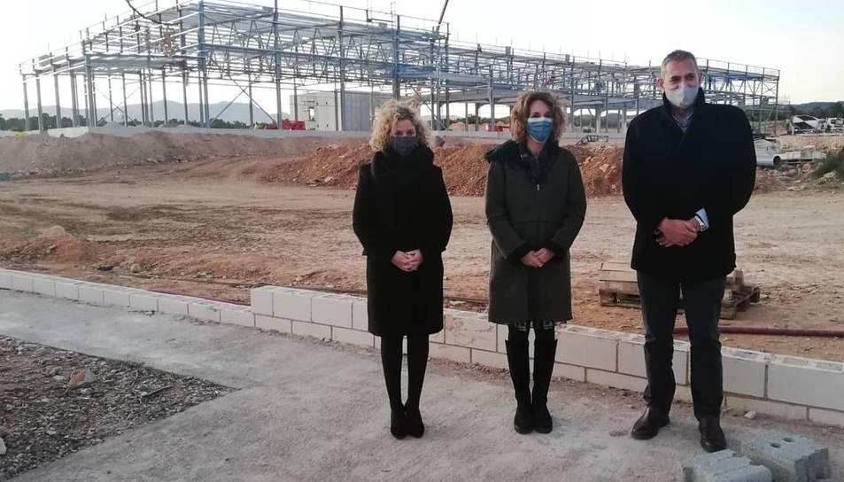 Meritxell Roigé, Ángles Chacón i Xavier Royo en una visita a les obres de la planta de Florette a Campredó.