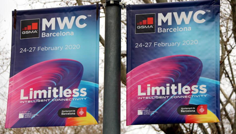 Dues banderoles del MWC 2020 penjant a la Gran Via de Barcelona.