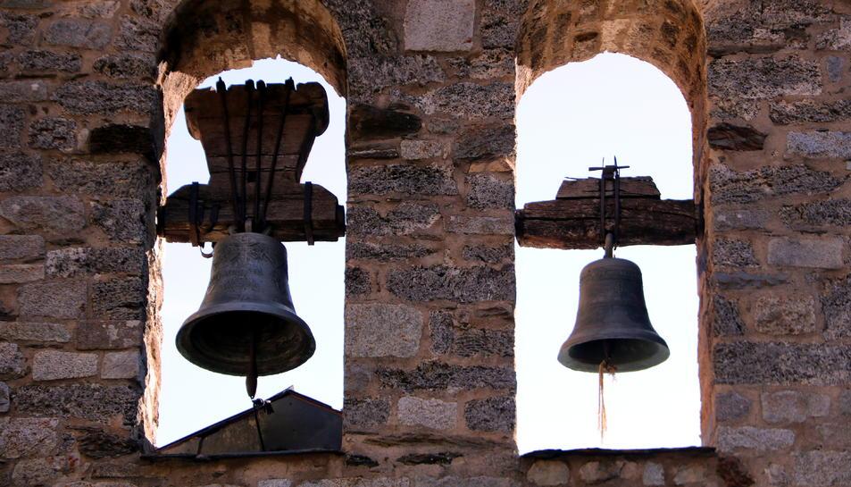 Pla de detall de les campanes de l'església de Santa Maria de Cardet, a la Vall de Boí.