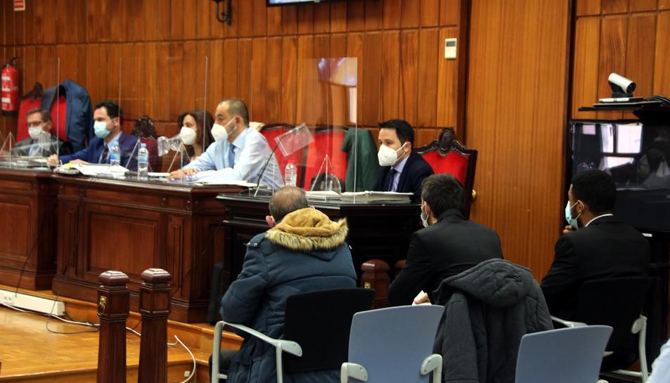 Pla obert dels tres acusats durant el judici.