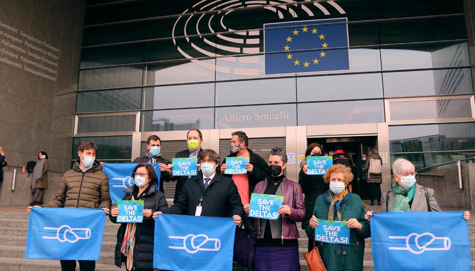 Concentració d'eurodiputats davant de l'Eurocambra per reclamar la protecció dels deltes.