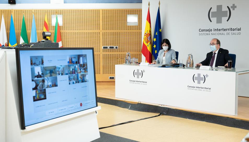 Una pantalla amb consellers autonòmics de Salut amb la ministra Carolina Darias i el ministre Miquel Iceta.