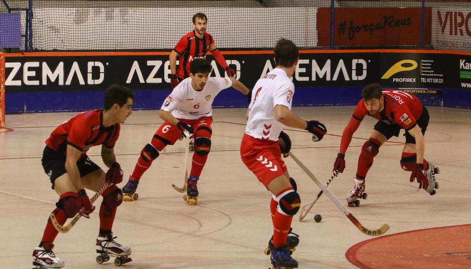 Un moment del partit entre el Reus Deportiu i l'Igualada.