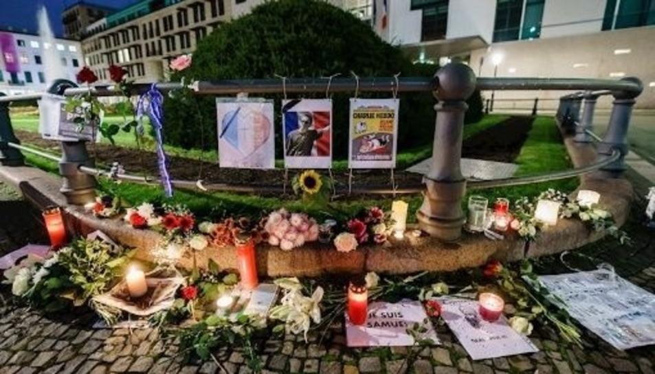 Imatge de mostres d'homenatge a l'indret on van assassinar el professor.