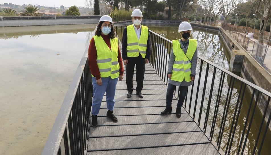 Marina Berasategui, Carles Pellicer i Noemí Llauradó, al mirador que s'ha construït.