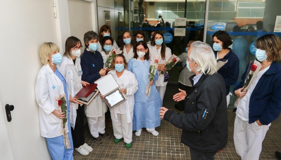 Metges i infermers del CAP Horts de Miró han rebut roses i plaques de part de l'AVV I de Maig.