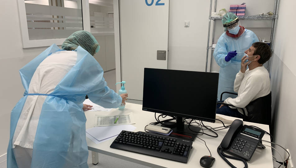 Dos persones fent una prova PCR a un pacient a l'espai hospitalari polivalent de l'Arnau de Vilanova de Lleida.