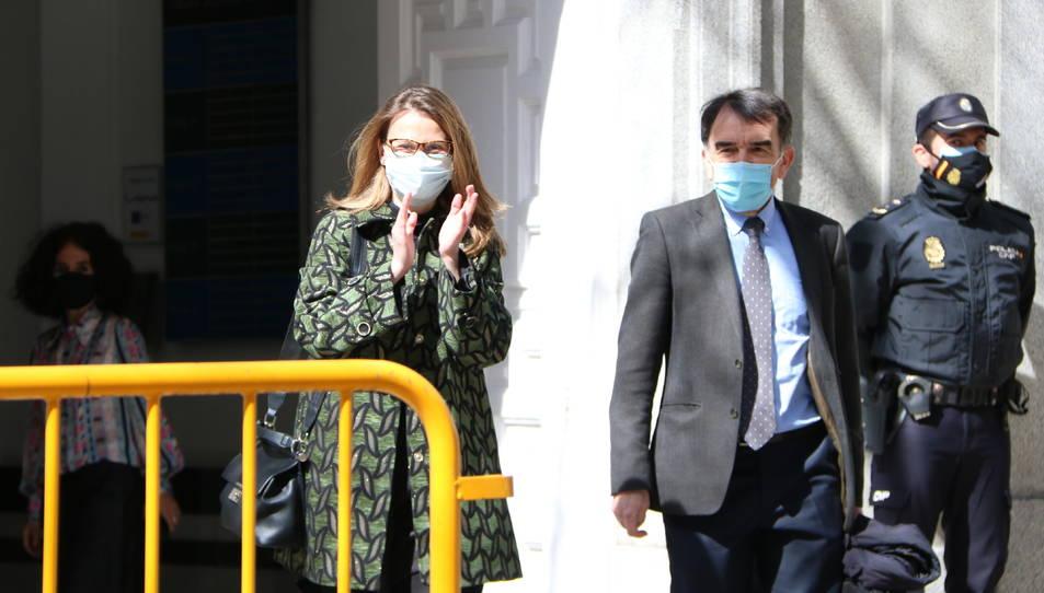 L'exconsellera Meritxell Serret a la sortida del Tribunal Suprem acompanyada del seu advocat.