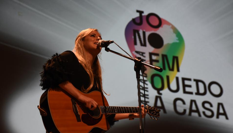 La cantant Maria Jacobs durant la seva actuació en la presentació del festival.