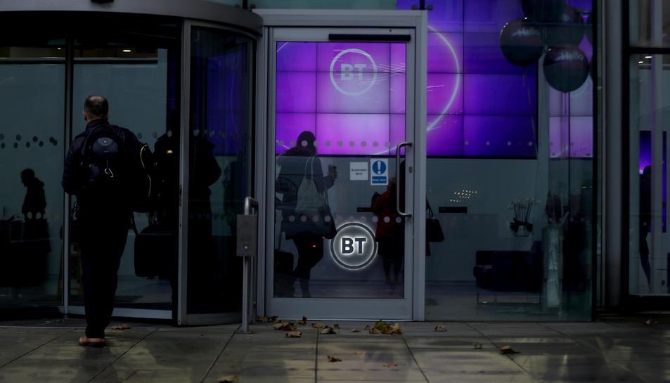 Pla mitjà de persones entrant a la seu de BT a Londres.
