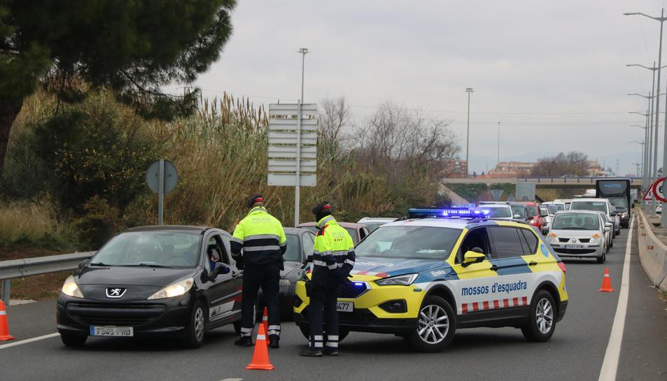 Pla general d'un control dels Mossos d'Esquadra a la T-11, a l'entrada de Tarragona.
