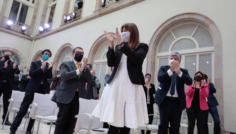 Els diputats de JxCat dempeus aplaudint Laura Borràs després de ser escollida presidenta del Parlament.