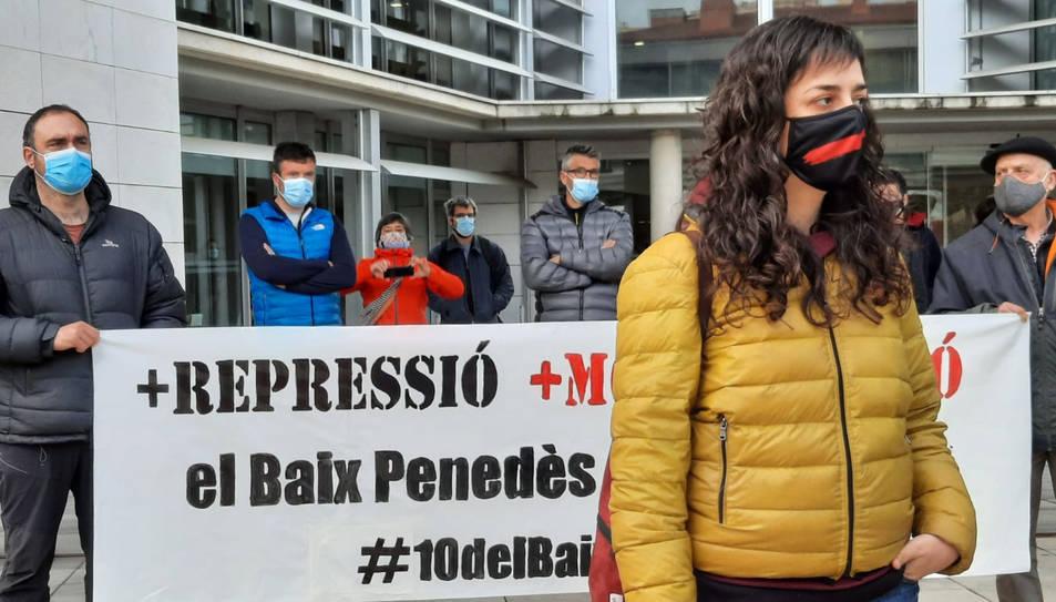 La regidora de la CUP a l'Arboç Maria Mestre davant els jutjats del Vendrell.