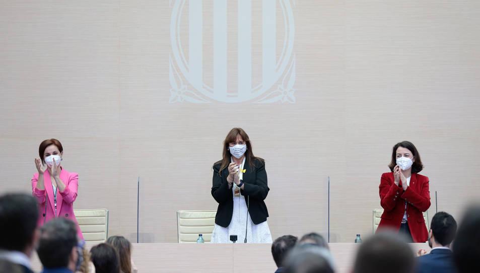 La nova presidenta del Parlament, Laura Borràs, aplaudint amb les noves vicepresidentes de la cambra, Anna Caula i Eva Granados.