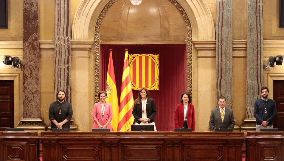 La presidenta del Parlament, Laura Borràs, amb Anna Caula, Eva Granados, Jaume Alonso Cuevillas, Ferran Pedret i Ruben Wagensberg, a l'hemicicle de la cambra.