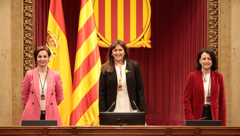 La presidenta del Parlament, Laura Borràs, amb les vicepresidentes Anna Caula i Eva Granados, a l'hemicicle de la cambra,