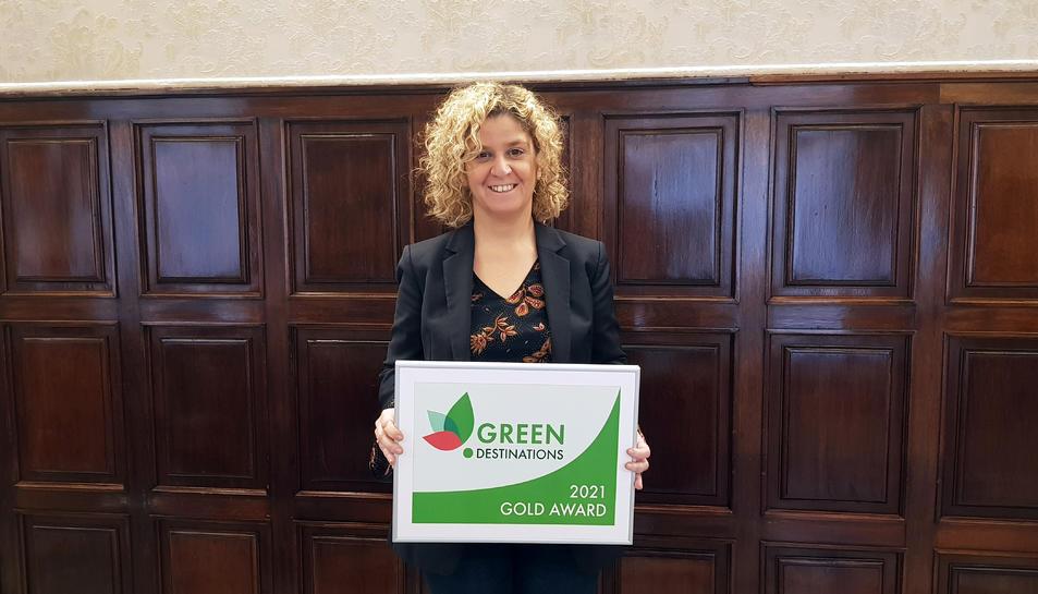 Pla mitjà de la presidenta del Patronat de Turisme de la Diputació de Tarragona, Meritxell Roigé, mostrant el diploma del guardó dels Green Destinations Award.