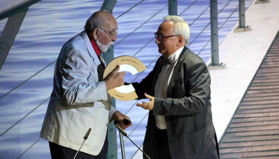 Josep Anton Codina en el moment en què ha rebut el premi de la mà del poeta i president del CoNCA, Carles Duarte al 2018.