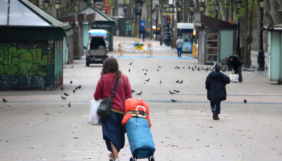 Molt poca gent i sense ambient de Sant Jordi a la Rambla, habitualment un epicentre de la jornada.