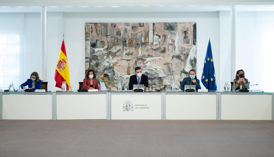 Pla general del president del govern espanyol, Pedro Sánchez, i dels quatre vicepresidents a la reunió extraordinària del Consell de Ministres per aprovar el fons d'11.000 MEUR per al teixit empresarial.