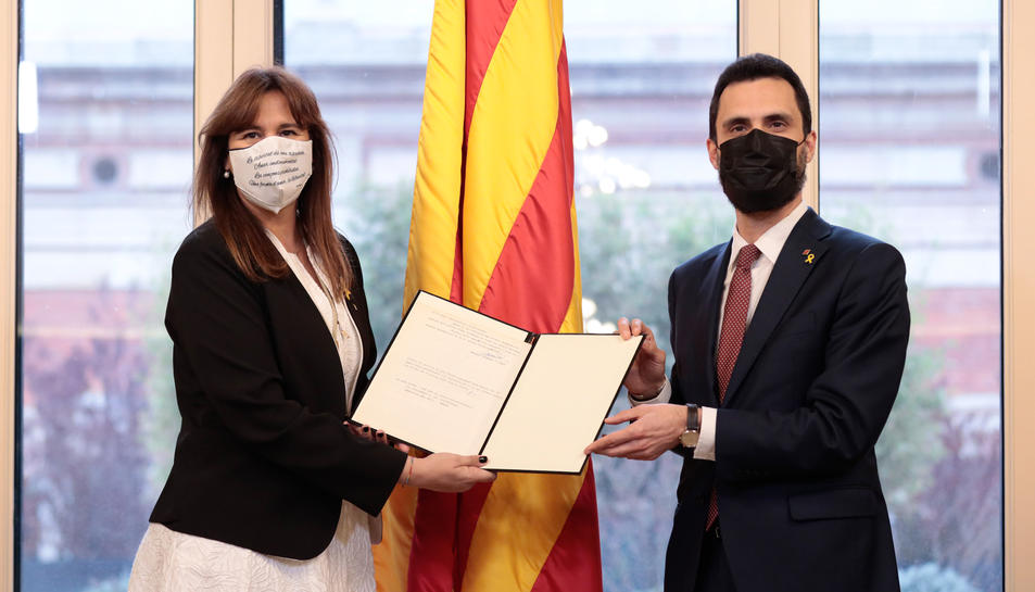 La presidenta del Parlament, Laura Borràs, rep de mans de l'expresident Roger Torrent la tradicional carta de Francesc Farreras, després de la seva proclamació.