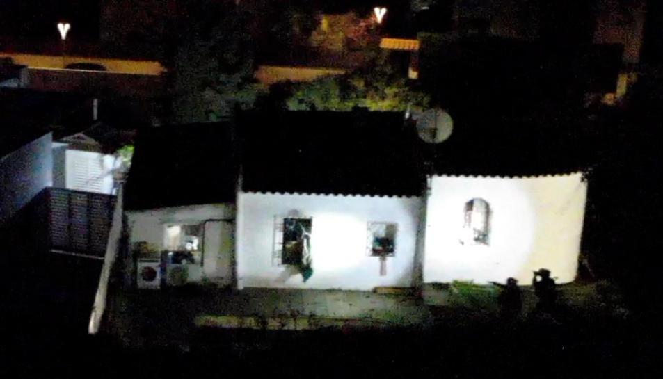 Imatge aèria de la casa de Calafell on es refugiava el grup criminal.