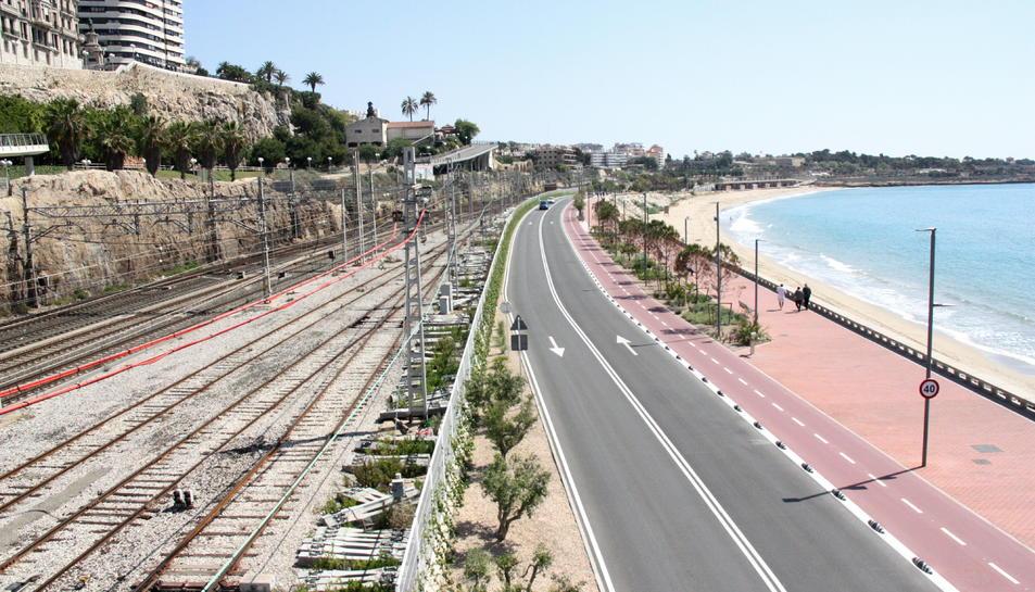 El primer tram de pantalles comença a la meitat de la platja del Miracle fins al Fortí de Sant Jordi.