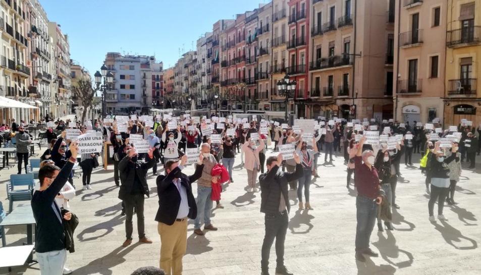 Veïns de la ciutat es concentren a la plaça de la Font reclamant «Una Tarragona segura»