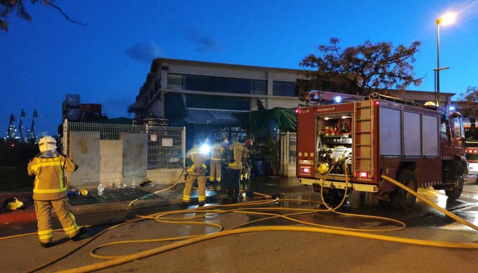 Els Bombers actuant per extingir l'incendi a la nau industrial de la Canonja.