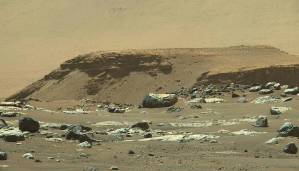 Vista del delta en el cràter Jezero a Mart, capturada des del rover Perseverance.