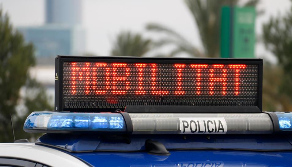 La senyalització lumínica d'un cotxe de la Guàrdia Urbana que indica que la mobilitat està restringida.