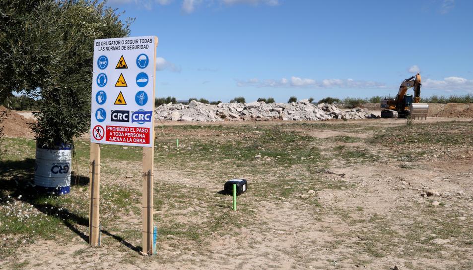Una màquina aturada en la zona on s'està construint el parc eòlic Els Barrancs, al terme municipal de Vilalba dels Arcs (Terra Alta).