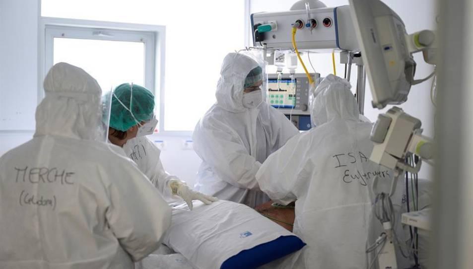 Personal sanitari d'un hospital atén malalts amb coronavirus.