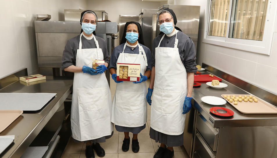Les germanes clarisses Núria, Mercè i Teresa, a l'obrador de galetes, aquest dilluns.