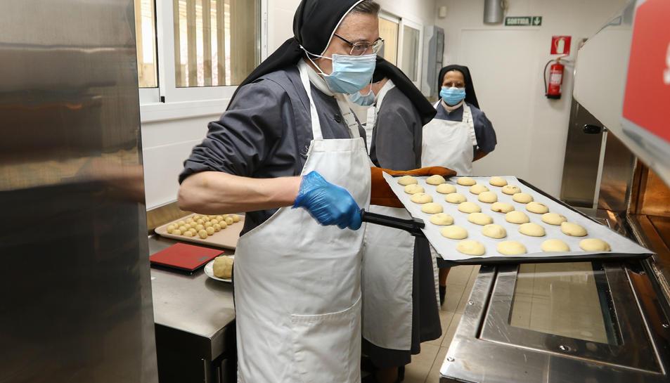 La germana Teresa traient galetes del forn.