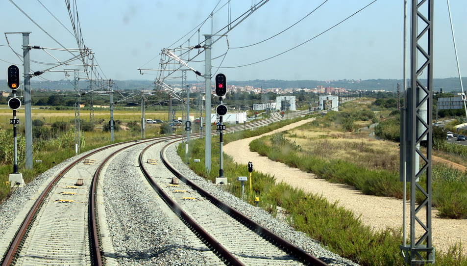 Ramal d'enllaç entre el corredor mediterrani i l'estació del Camp de Tarragona, poc abans d'arribar a l'intercanviador de la Boella.