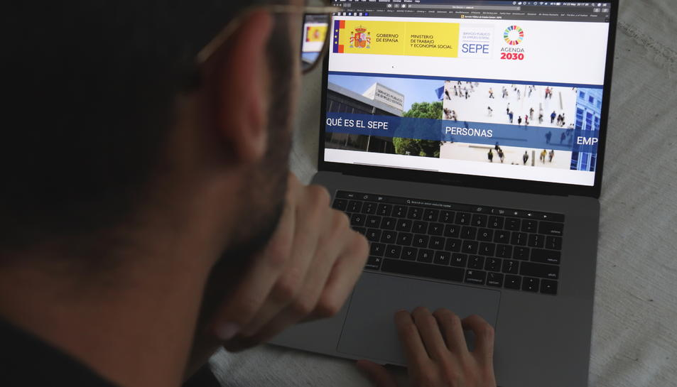 Un home mirant la pàgina web del Servei Estatal Públic d'Ocupació (SEPE).
