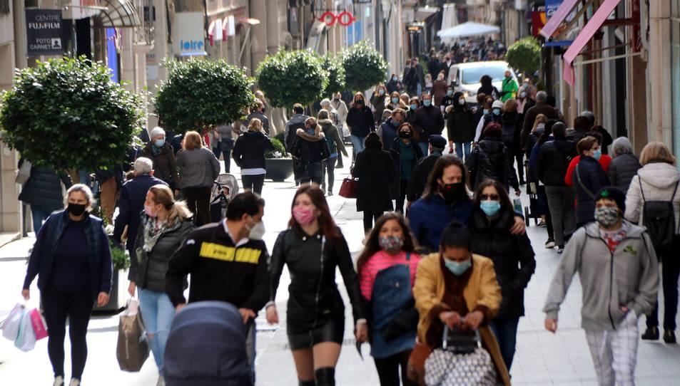 Compradors i vianants al carrer Llovera, un dels principals eixos comercials de Reus.