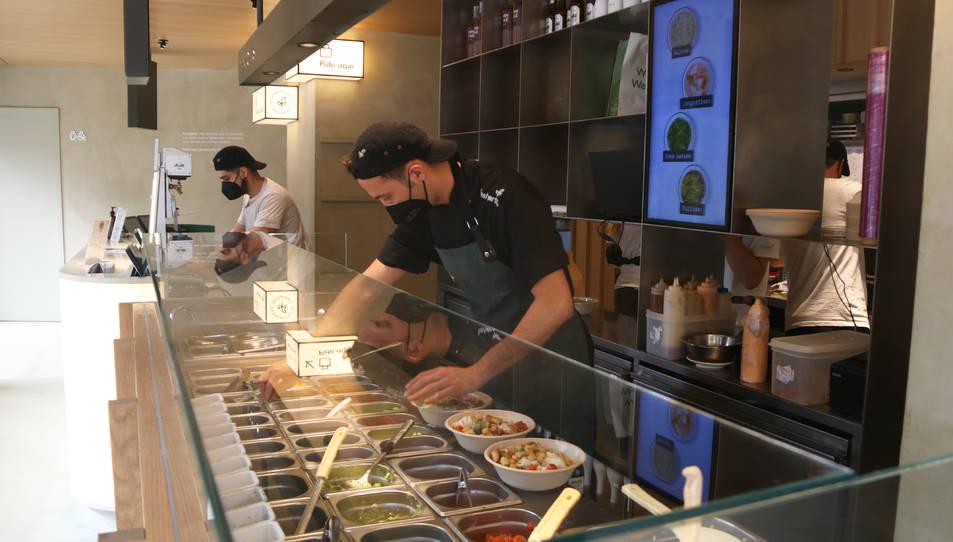 Dos treballadors del grup Freshperts al local que l'empresa té a la ronda General Mitre de Barcelona.