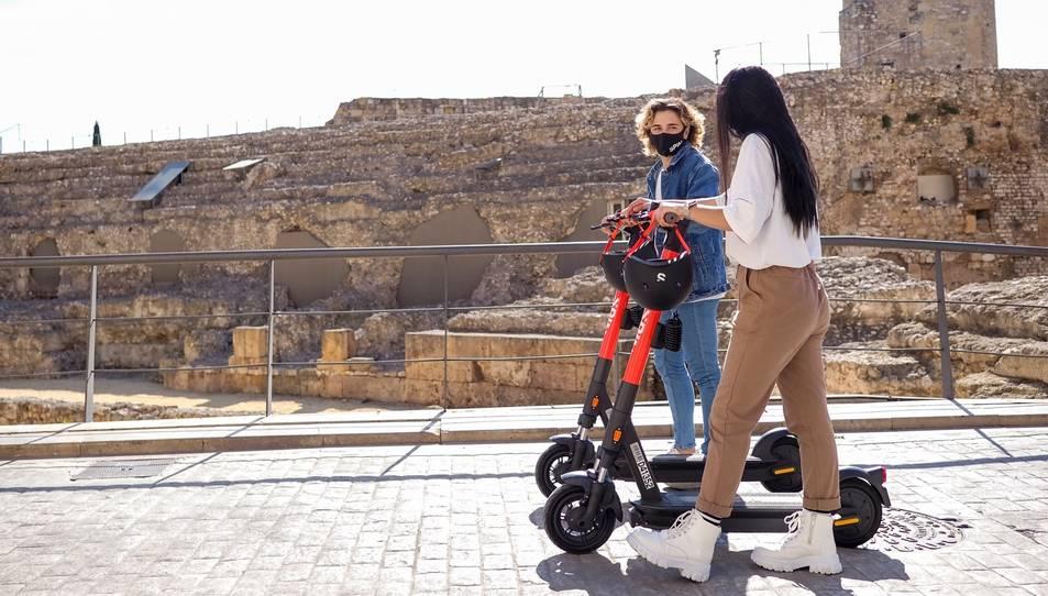 Dos usuàries dels patinets de lloguer per Tarragona.