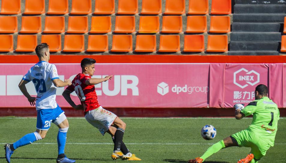 Brugué en una acció ofensiva en el partit contra el Prat al Nou Estadi.
