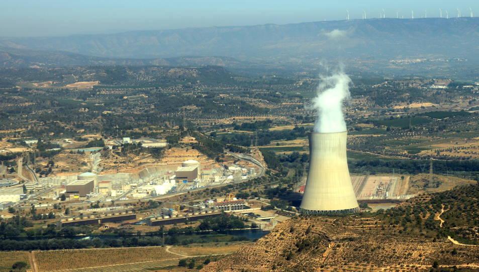 Imatge d'arxiu de la central nuclear d'Ascó amb la xemeneia a la dreta i els reactors a l'esquerra.
