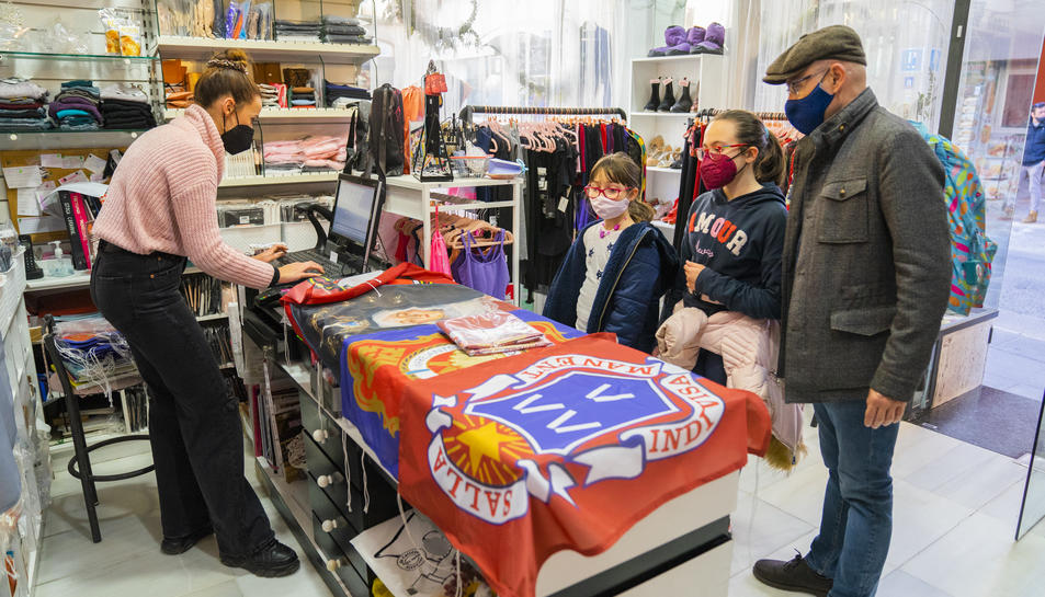 Els domassos d'algunes confraries es poden adquirir a Casa Guasch, botiga tradicional de vestes.